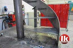 fabricación de escalera de acero con peldaños de madera en gipuzkoa